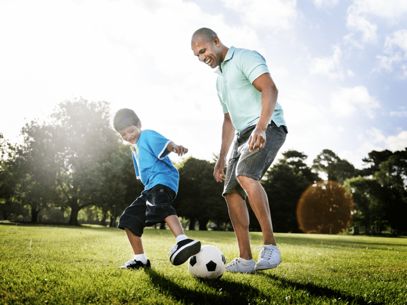 休日はサッカーボールを使って親子で練習