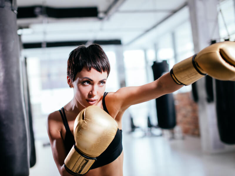 格闘技ジムで鍛える女性