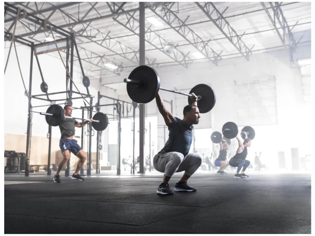 12/3(火)にJR東日本スポーツ初のクロスフィット店舗が日本橋に誕生!話題のトレーニングを取り入れようダンベルで筋トレをしている人たち