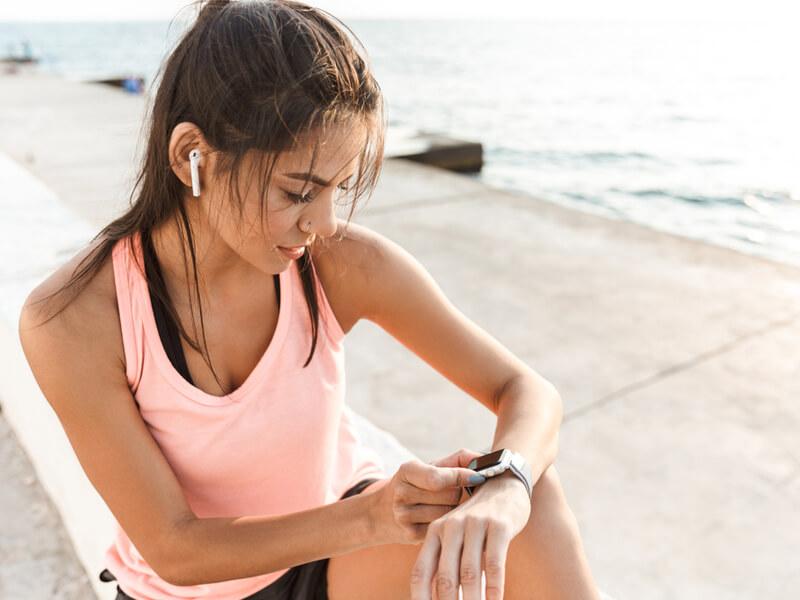 活動量計を見る女性