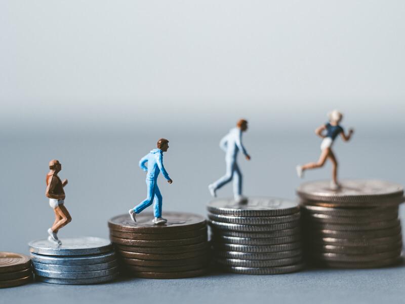 お金の上を歩く人形