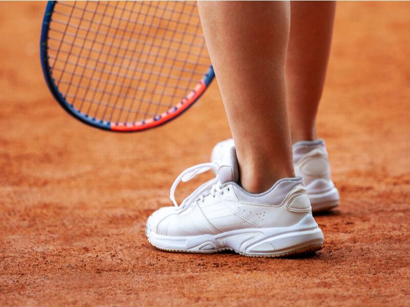 白いテニスシューズ