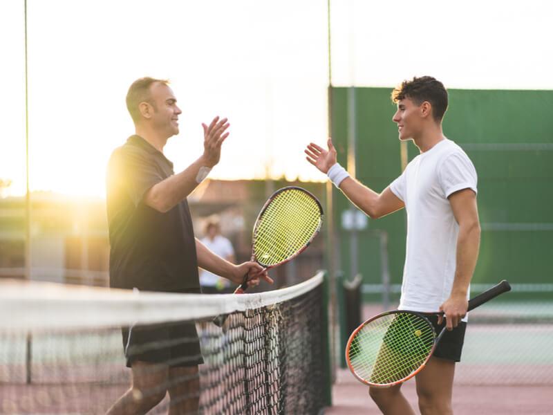 テニスをする男性二人