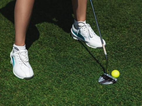 白いゴルフシューズ