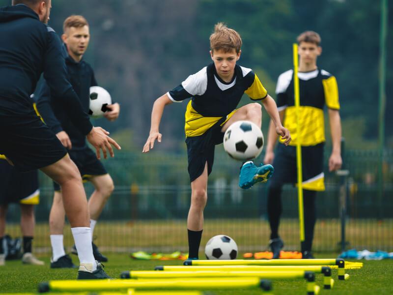 ラダートレーニングをするサッカー少年