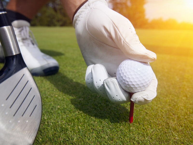 ゴルフティーを持つ人