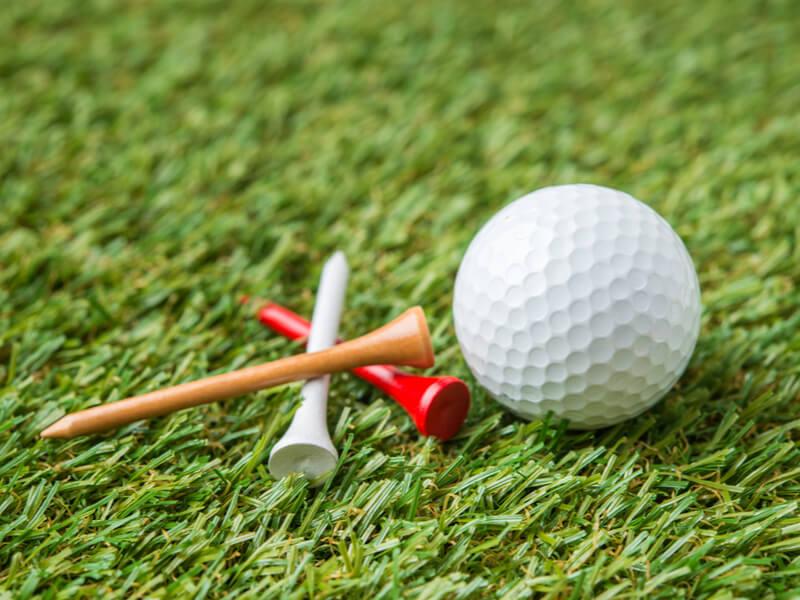 3本のゴルフティーとゴルフボール