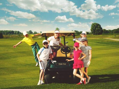 ゴルフカートに集まる子供