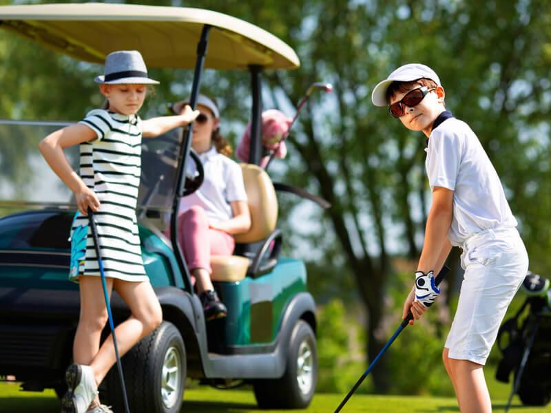ゴルフをしている男の子