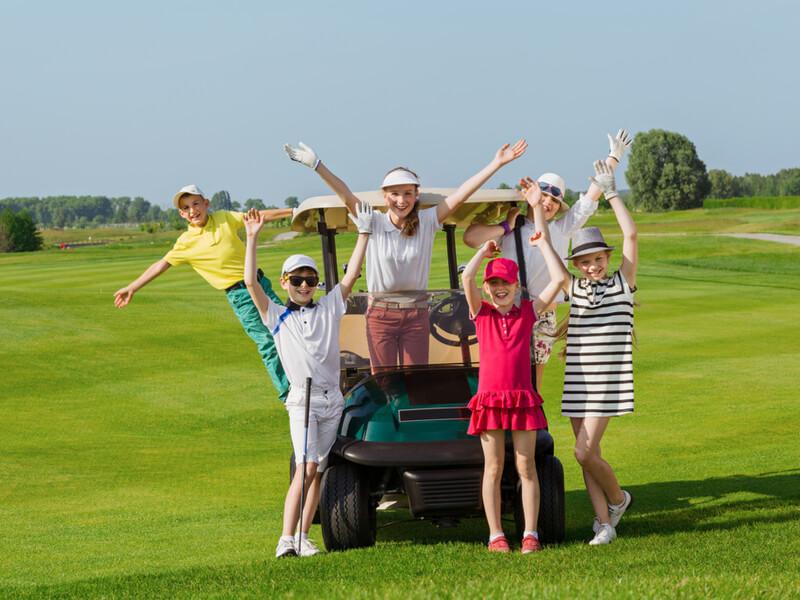 ゴルフカートに集まる子供たち
