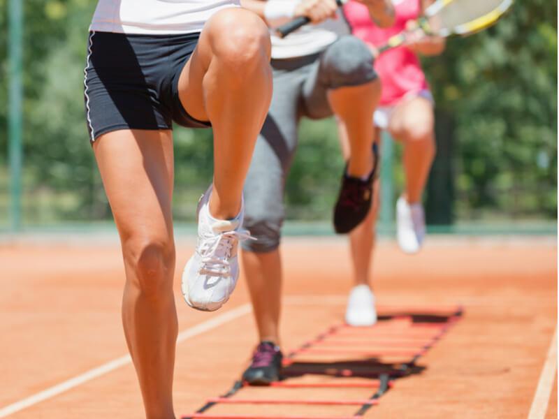ラダーでトレーニングする人たちの足