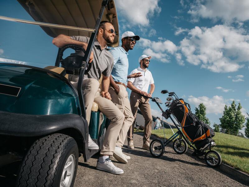ゴルフカートに座る男性達