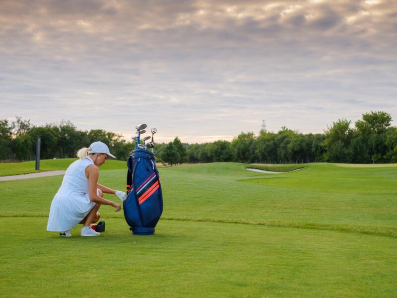 ゴルフバッグと女性