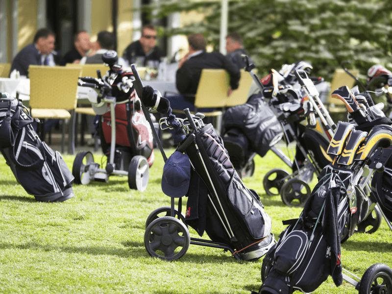 複数のゴルフバッグ