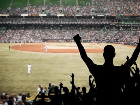 野球の試合でガッツポーズする人